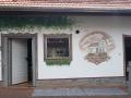 Fassadenmalerei weinranken und hausportrait