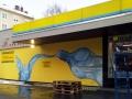 Fassadenmalerei mit Wasserflasche und Glas