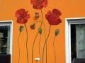 Bemalte Hauswand mit Mohnblumen