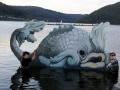 Bemaltes Holzobjekt mit Fischmotiv im Wasser