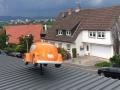 Bemaltes vw Käfer Modell auf Hausdach