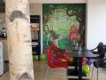 Wandmalerei mit Rotkäppchen und Wolf im Wald