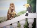 Wandmalerei mit Affe und Tukan auf Ballustrade