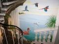 Wandmalerei mit fliegenden Papageien und springenden Delphinen