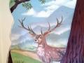 Wandmalerei mit Hirsch und Specht im Kinderzimmer