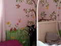 Wandmalerei mit tanzenden Marienkäfern im Kinderzimmer