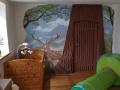 Wandmalerei mit Tieren in Landschaft im Kinderzimmer
