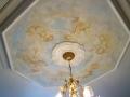 Deckenmalerei mit im Himmel schwebenden Putten