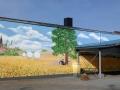 Fassadenmalerei mit Sommerlandschaft und Bäumen