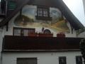 Bemalter Dachgiebel mit Burgen am Rhein