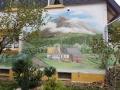 Fassadenmalerei mit Haus in den Bergen