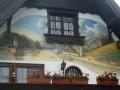 Fassadenmalerei mit Burgen und Insel im Rhein