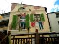 Fassadenmalerei mit Menschen und Tieren