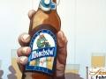 Fassadenmalerei mit gemalter Hand und Bierflasche