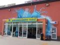 Fassadenmalerei mit Wasserflasche im Wasser