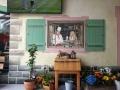 Wandmalerei mit Koch und Bedienung im Fenster